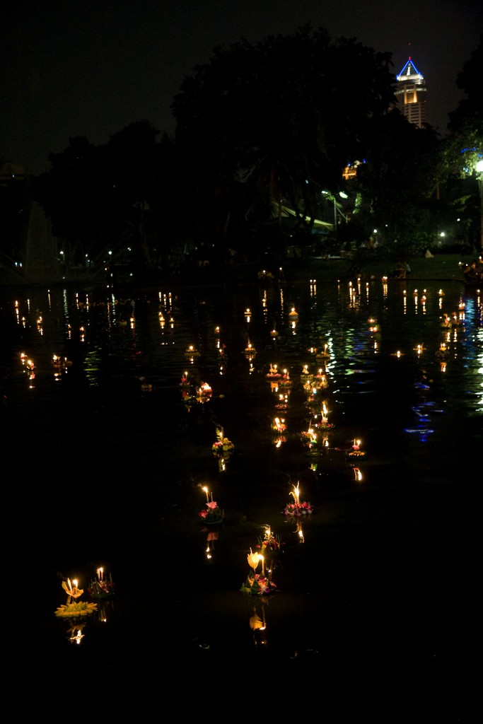 1024px-Loy_Krathong_Bangkok_Lumpini_Park_1